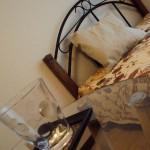 ベッド・テーブル斜めアングルからの撮影